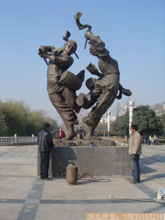 民族人物打鼓雕塑