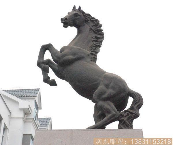 前蹄抬起铜马雕塑